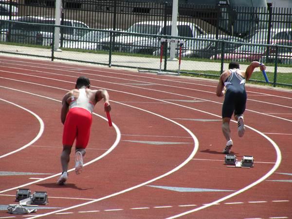 Atletas após a largada para a prova de revezamento 4x400n.