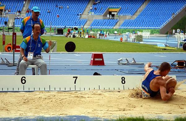 Atleta salta durante prova de decatlo. (Wilson Dias/ABr)