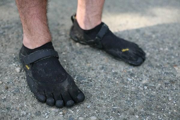 Detalhe do calçado Fivefingers para corrida.