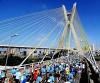 Corredores passam pela ponte Estaiada na Maratona de São Paulo 2010. (Sérgio Shibuya / ZDL)