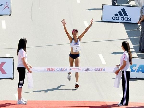 Chegada da prova feminina, Marizete Moreiro vence a Maratona de São Paulo 2010. (Sérgio Shibuya / ZDL)