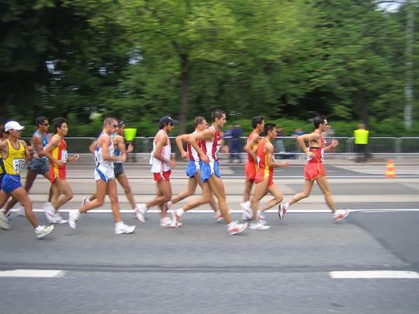 20Km de marcha atlética, Mundial de Helsinki/2005. Detalhe para o atleta ponteiro, dois pés no ar.