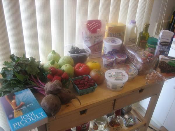 Mesa com alimentos: frutas, legumes, queijo, pão integral. (Betsssssy/flickr)