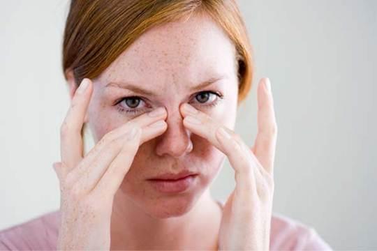 Mulher indicando local sinusite